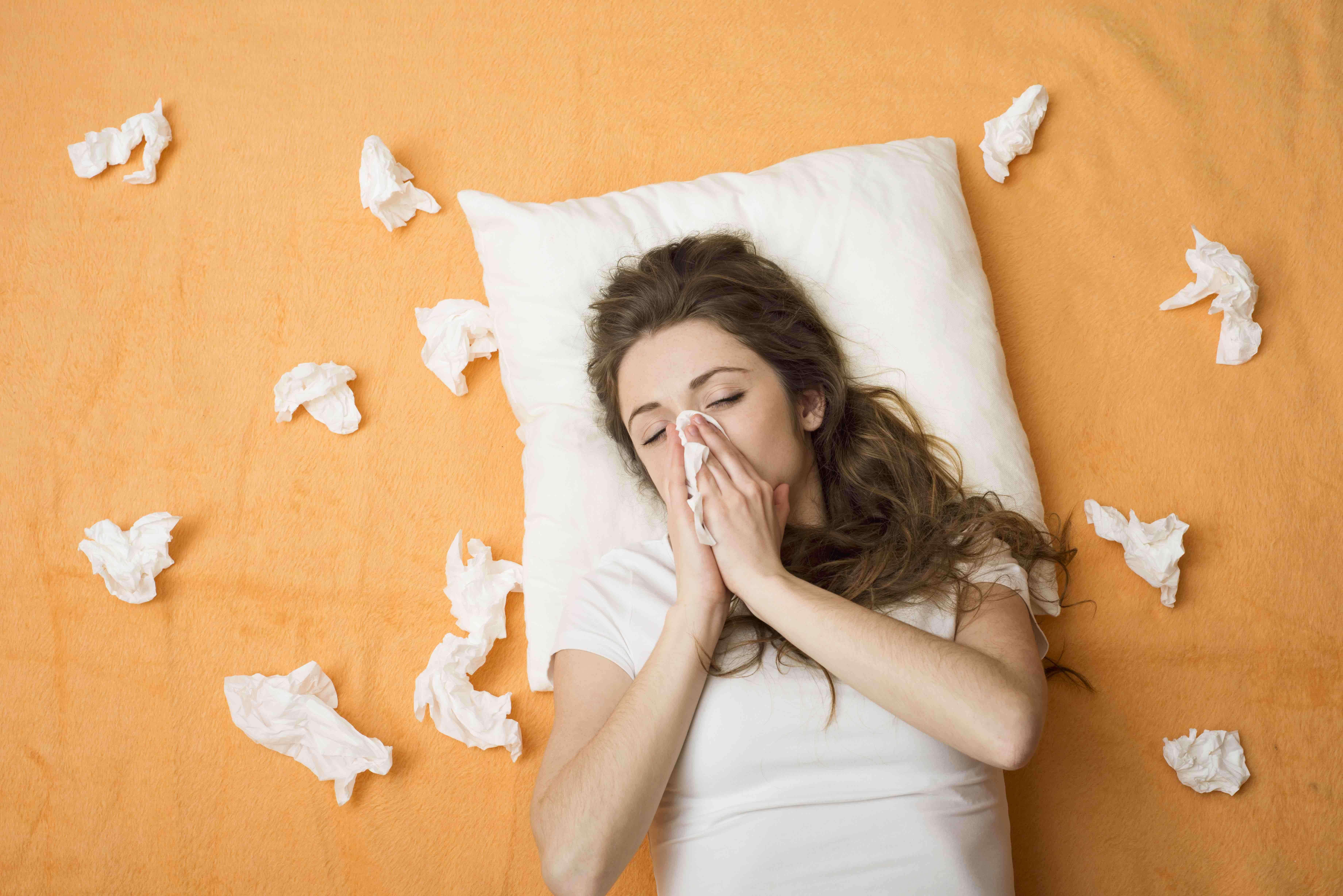 """Quando il raffreddore e il mal di gola sono frequenti o tendono a complicarsi, potresti avere il sistema immunitario indebolito e """"sotto assedio"""". Ecco da cosa è assalito e come puoi rinforzarlo."""